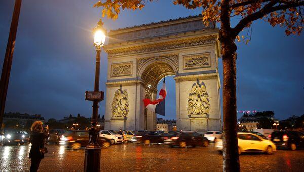 Evacuación de la zona del Arco de Triunfo de París, Francia - Sputnik Mundo