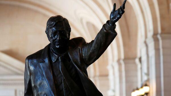 La estatua de Néstor Kirchner - Sputnik Mundo