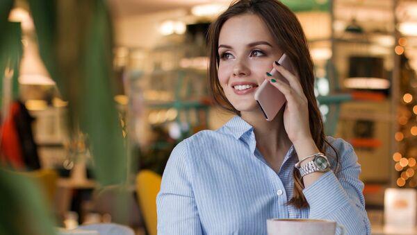 Una chica habla por teléfono móvil, referencial - Sputnik Mundo