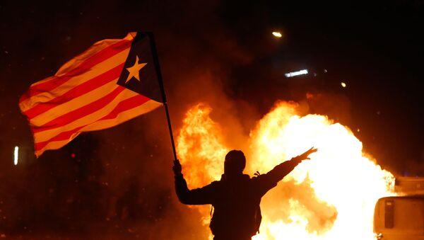 Manifestante ondea una bandera independentista - Sputnik Mundo