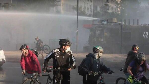 La Policía utiliza cañones de agua contra los manifestantes en Santiago - Sputnik Mundo