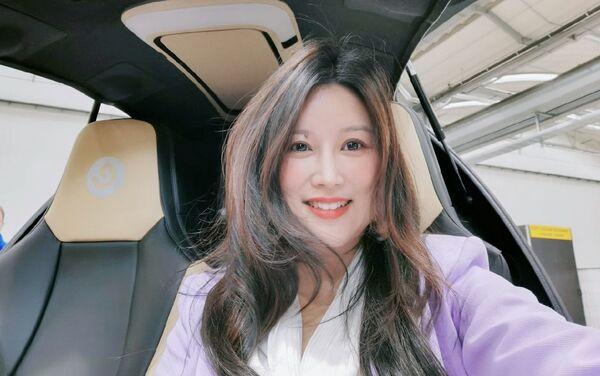 Victoria Jing Xiang, CEO de Ehang en España y Latinoamérica, en el vehículo de EHang EH216 - Sputnik Mundo