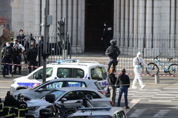 Notre Dame de Niza se tiñe de sangre: un hombre mata a tres personas con un cuchillo   - Sputnik Mundo