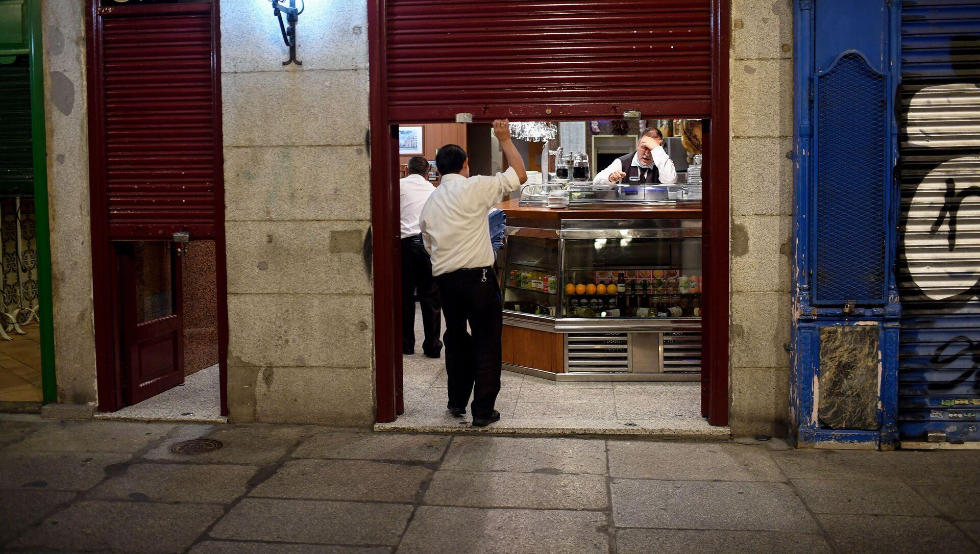 Empleados de un bar se preparan para cerrar en la Plaza Mayor de Madrid - Sputnik Mundo, 1920, 04.11.2020