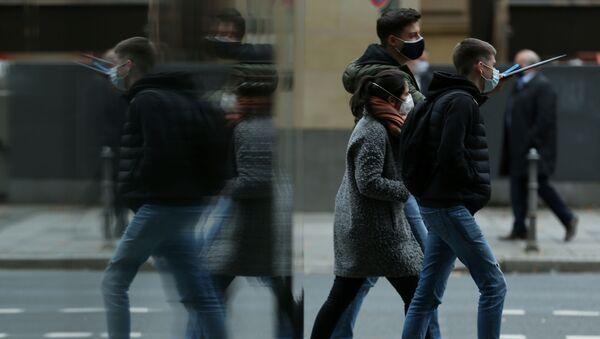 Las personas con mascarillas - Sputnik Mundo