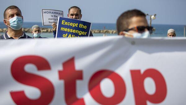 Una protesta contra las declaraciones antiislámicas de Emmanuel Macron - Sputnik Mundo