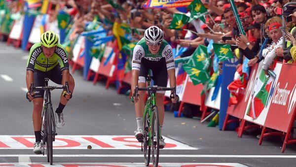A la izquierda Fernando Barceló y a la derecha Alex Aranburu cuzando la meta de la Vuelta Ciclista a España 2019 - Sputnik Mundo