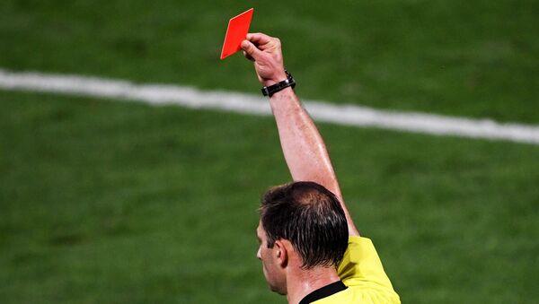 El árbitro muestra una tarjeta roja - Sputnik Mundo