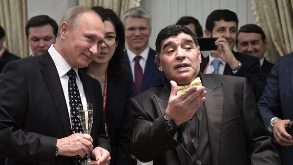 El presidente ruso, Vladímir Putin, y el ícono del fútbol argentino Diego Armando Maradona - Sputnik Mundo