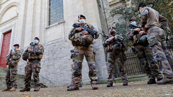 Soldados franceses cerca de la catedral de Arrás - Sputnik Mundo