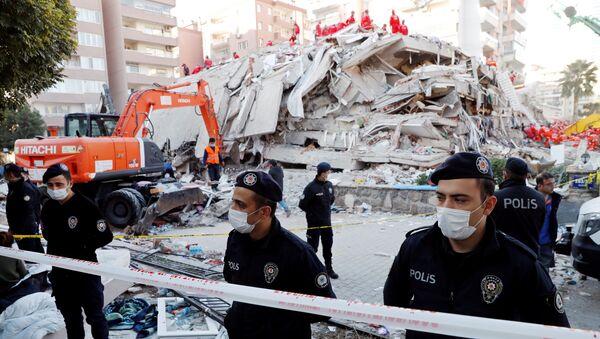 Un edificio destruido en Esmirna, Turquía - Sputnik Mundo