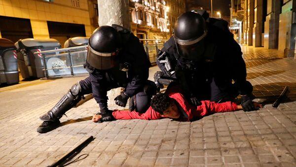 Policías detienen a un manifestante en Barcelona - Sputnik Mundo