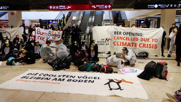 Las protestas de activistas contra la apertura del aeropuerto alemán BER - Sputnik Mundo