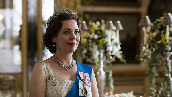 La actriz Olivia Colman interpreta a la reina Isabel II en la serie 'The Crown' - Sputnik Mundo