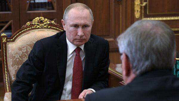 El presidente ruso, Vladímir Putin, se reúne con el jefe del Сonsejo de Administración del banco VTB, Andréi Kostin - Sputnik Mundo