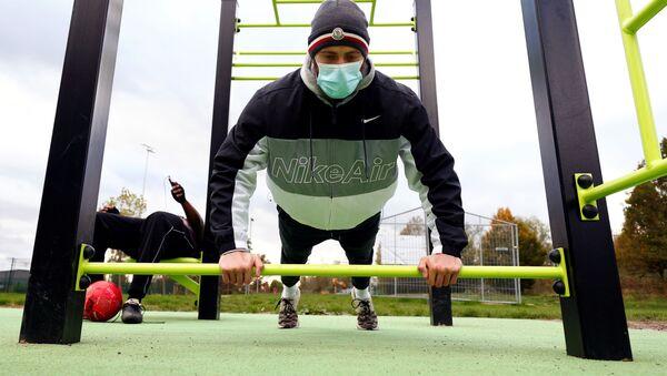 Un persona con mascarilla practica actividades físicas en Bruselas (archivo) - Sputnik Mundo