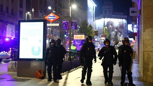 Policías durante las protestas contra las medidas anti-COVID en Madrid - Sputnik Mundo