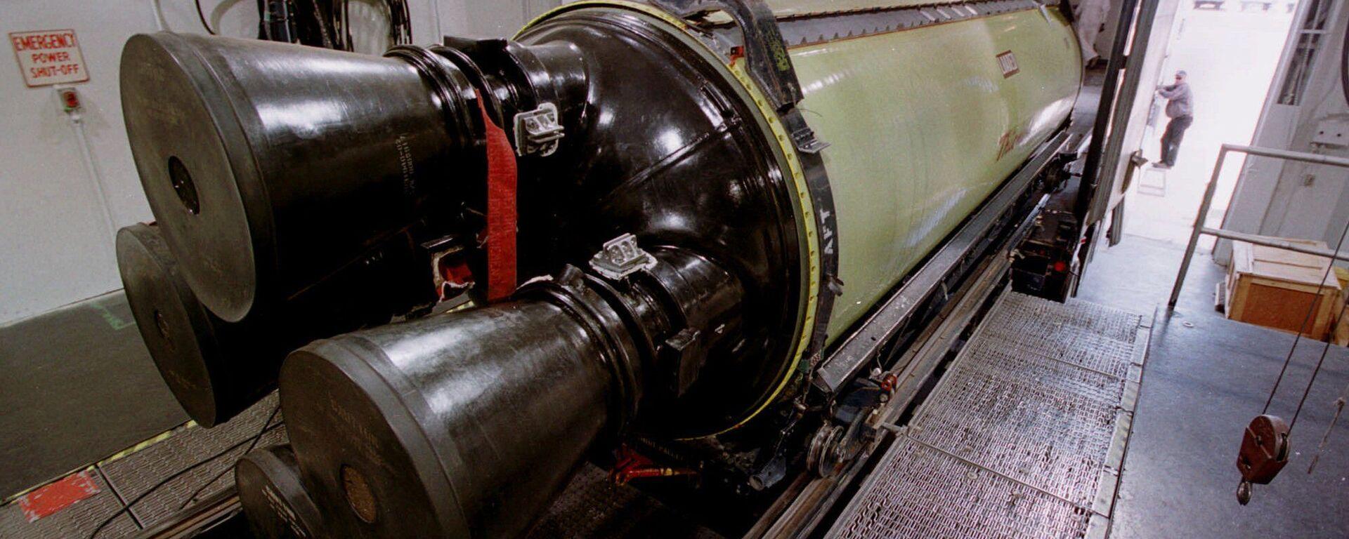 Un misil bal'istico Minuteman III se carga en un camión para su transporte - Sputnik Mundo, 1920, 02.06.2021