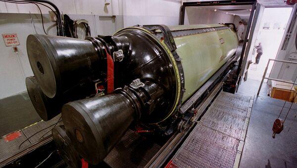 Un misil bal'istico Minuteman III se carga en un camión para su transporte - Sputnik Mundo