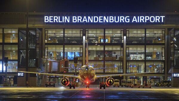 Самолет перед зданием нового международного аэропорта Берлин-Бринденбург имени Вилли Брандта в Германии - Sputnik Mundo