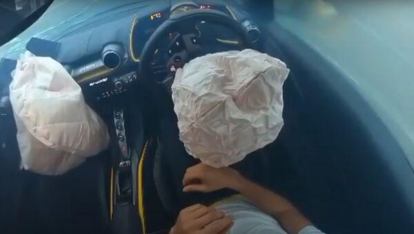 Un Ferrari tras el accidente - Sputnik Mundo