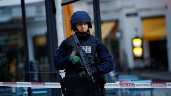 Un policía en el lugar del ataque en Viena - Sputnik Mundo
