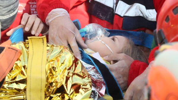 La niña rescatada entre los escombros tras el terremoto en Turquía - Sputnik Mundo
