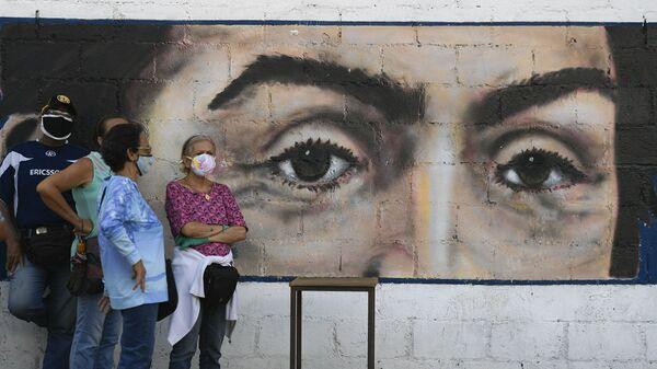 Venezolanos y un retrato de Bolívar - Sputnik Mundo