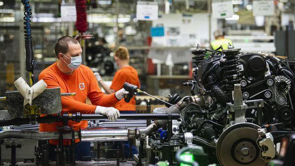 Trabajadores en la fábrica de Volvo en Gotemburgo (Suecia) - Sputnik Mundo