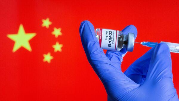 Vacuna anti-COVID sobre el fondo de la bandera china (imagen referencial) - Sputnik Mundo