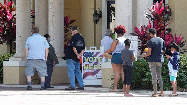 Personas hacen cola para emitir su voto en Poinciana, Florida - Sputnik Mundo