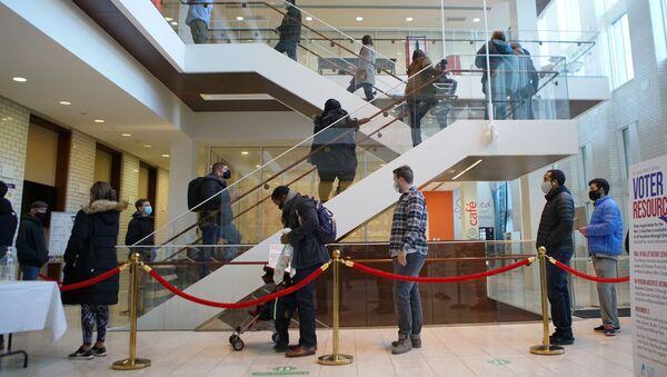Personas hacen fila para emitir su voto en San Luis, Misuri - Sputnik Mundo