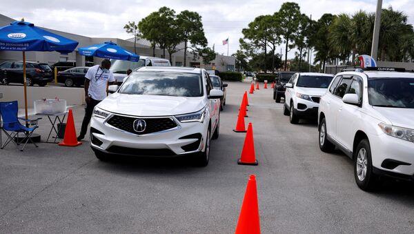 Los ciudadanos votan sin salir de su auto en Florida - Sputnik Mundo
