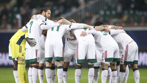 Los jugadores del Lokomotiv antes del inicio del partido contra el Atlético de Madrid - Sputnik Mundo