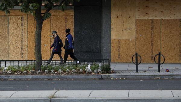 Un establecimiento en Washington, tapado con madera, el día de las elecciones - Sputnik Mundo