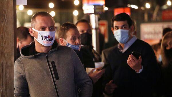 Grupos de personas se reúnen para seguir el resultado de las elecciones en Nueva York - Sputnik Mundo
