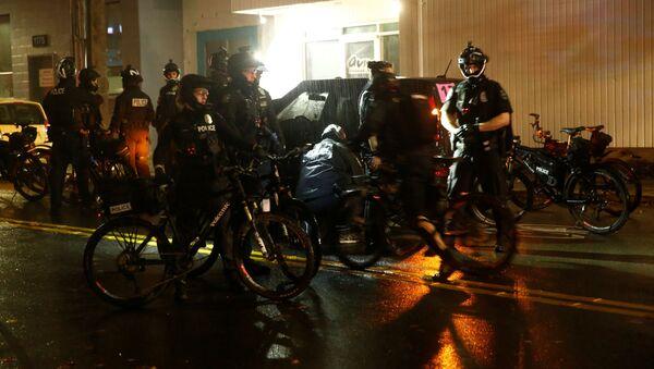 La Policía controla las manifestaciones en Seattle en medio de las elecciones presidenciales - Sputnik Mundo