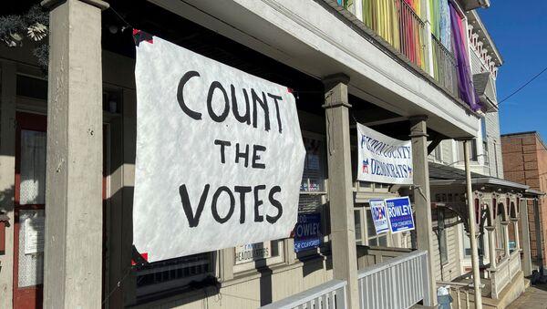 Un cartel instando a votar en la sede del Partido Demócrata en McConnellsburg, Pensilvania - Sputnik Mundo