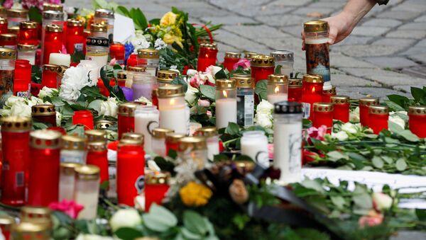 Velas en el sitio donde se perpetró el reciente atentado terrorista en Viena  - Sputnik Mundo