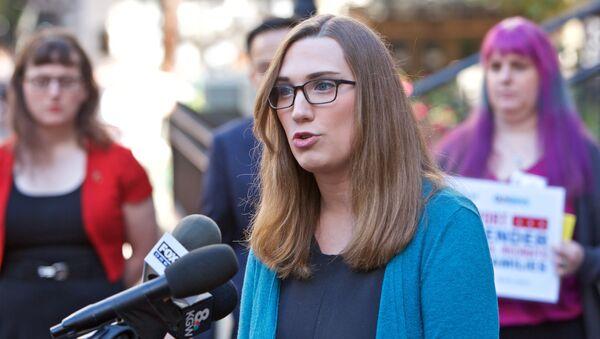 Sarah McBride, la primera senadora transgénero en EEUU - Sputnik Mundo