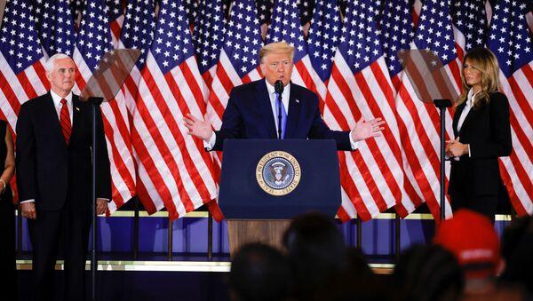 El candidato a presidente por el Partido Republicano, Donald Trump, junto a su esposa Melania Trump y su candidato a vicepresidente Mike Pence - Sputnik Mundo