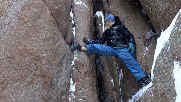 Un hombre escalando la Roca Perya (imagen referencial) - Sputnik Mundo