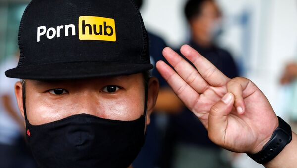 Manifestante contra el bloqueo de PornHub en Tailandia - Sputnik Mundo