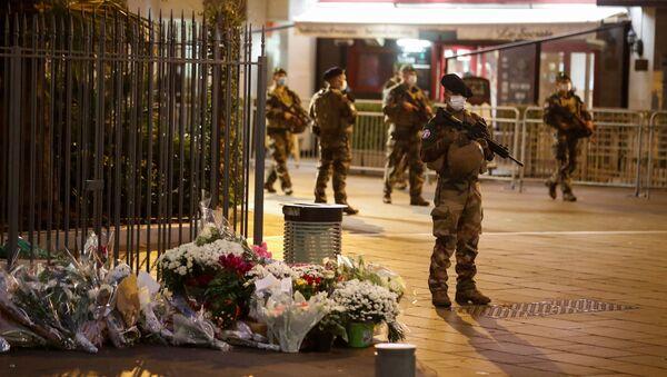 Soldados de guardia alrededor de la basílica de Notre Dame, lugar de un mortal ataque con cuchillo en Niza, Francia, el 1 de noviembre de 2020. - Sputnik Mundo