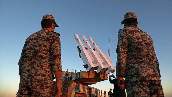 Militares iraníes durante un ejercicio - Sputnik Mundo