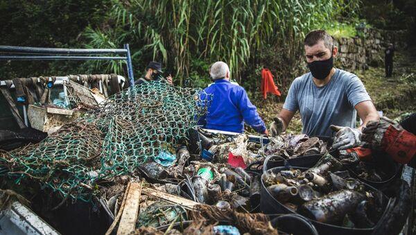 Limpieza en el río Maceiras en Galicia por parte de la Asociación de Vecinos de Chapela - Sputnik Mundo