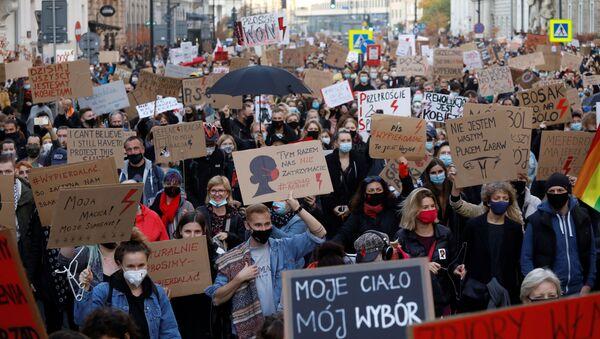 Protestas por las restricciones del derecho al aborto en Polonia - Sputnik Mundo