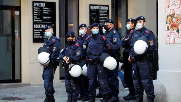 Policía en el lugar del atentado en Viena, Austria - Sputnik Mundo