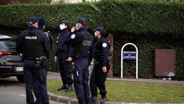 Policía francesa en el lugar del asesinato del profesor Samuel Paty - Sputnik Mundo