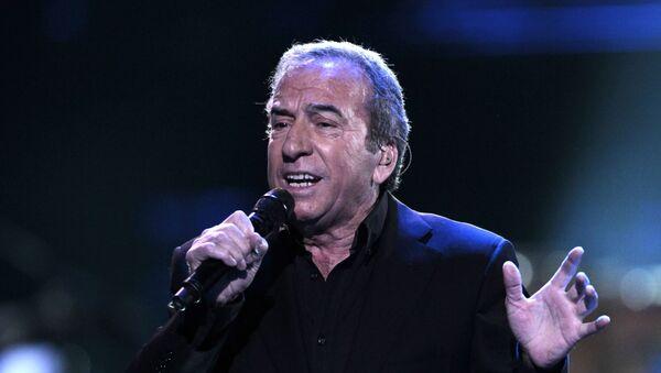 José Luís Perales en una actuación en Chile - Sputnik Mundo